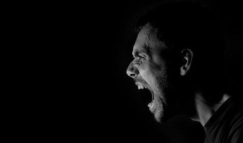 Hombre con ira gritando