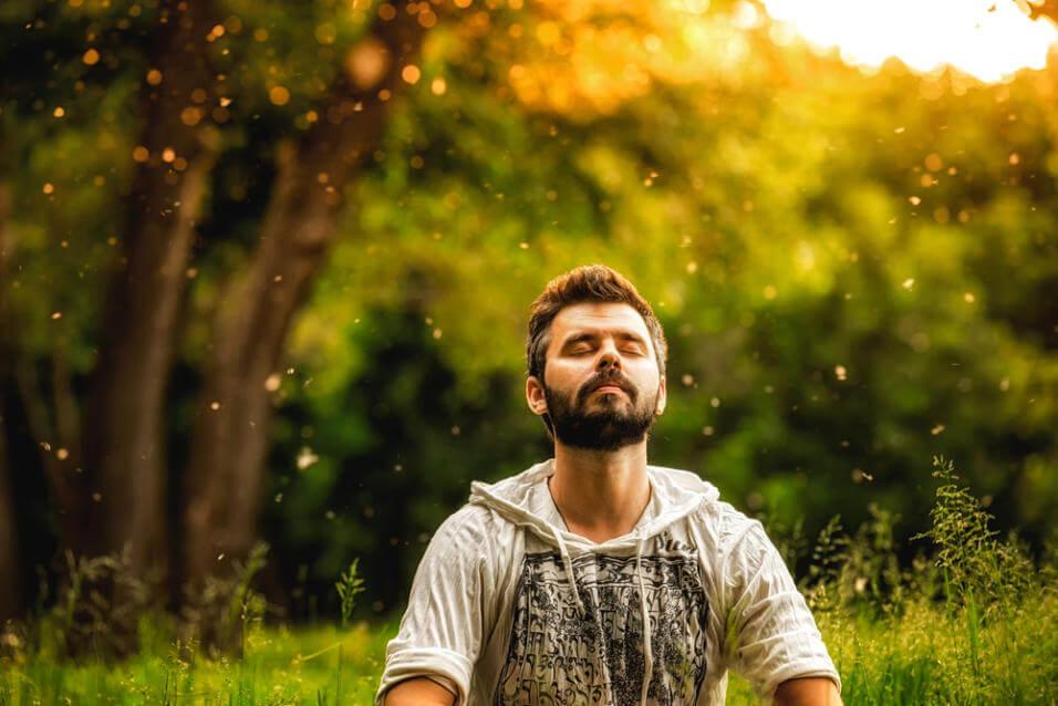 Hombre practicando Mindfulness
