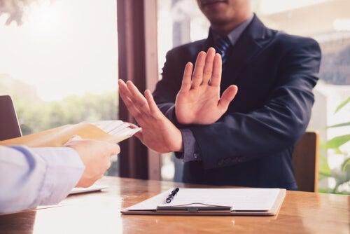 Hombre diciendo no a propuesta