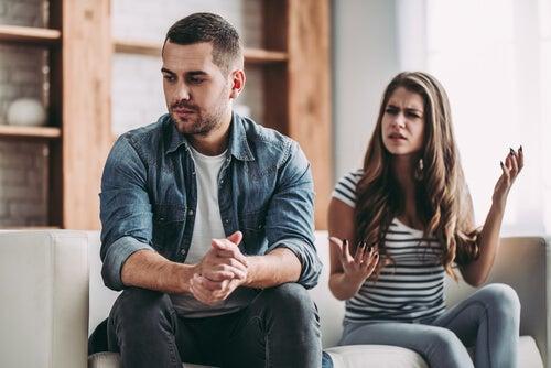 Mujer discutiendo con su pareja por la confianza