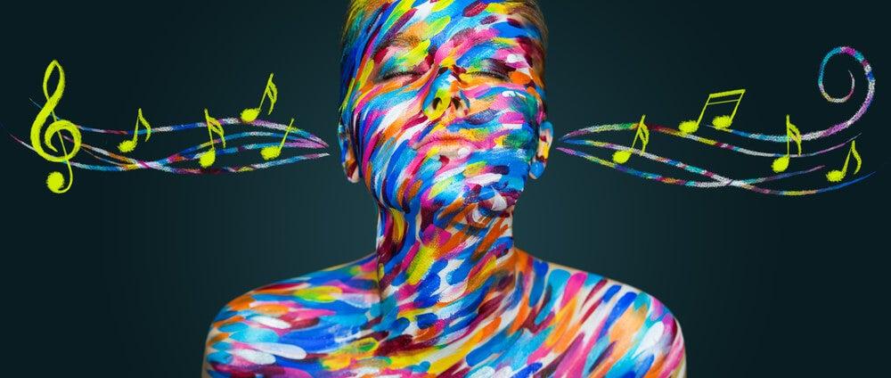 Mujer escuchando música sinestesia