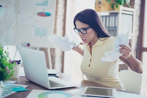 Mujer con estrés por exceso de información en el trabajo