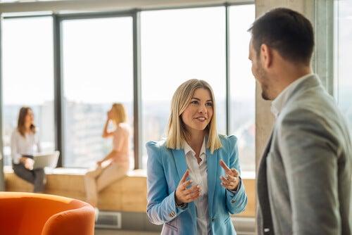 Mujer de mente abierta hablando con su compañero
