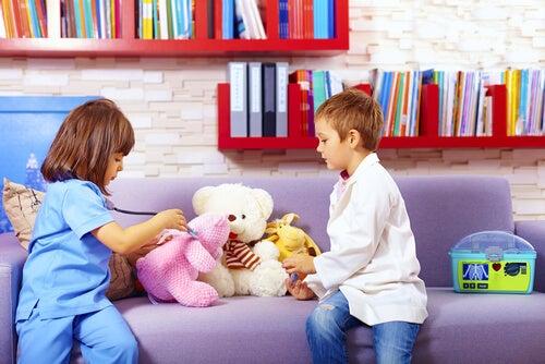 Niños jugando al médico