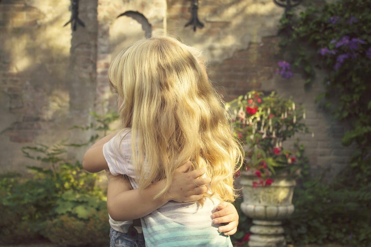 Niños pequeños dándose un abrazo