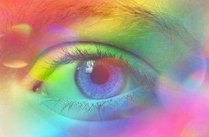 Ojo con colores representando la sinestesia
