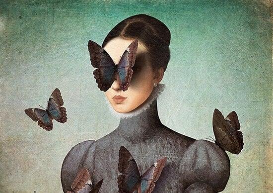 Mujer con mariposa en los ojos