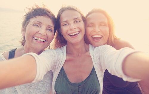 Amigas felices sonriendo