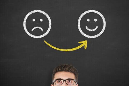 hombre con diferentes emociones simbolizando cómo desarrollar la conciencia emocional