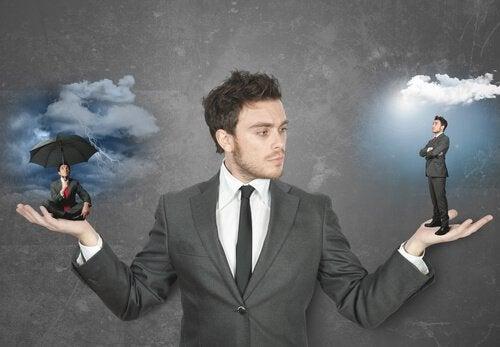 Hombre eligiendo entre positivo y negativo