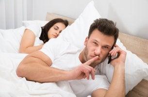 Hombre hablando por teléfono con su amante