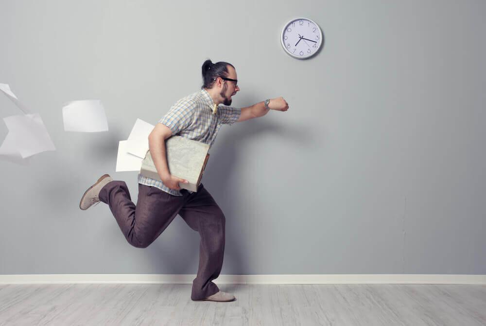 Hombre llegando tarde