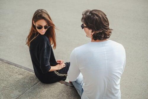 ¿Por qué nos seducen y atraen los extraños?
