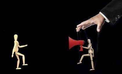 Marionetas reflejando manipulación