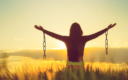 Mujer rompiendo cadenas representando cómo reconstruir mi autoestima tras la relación con un narcisista