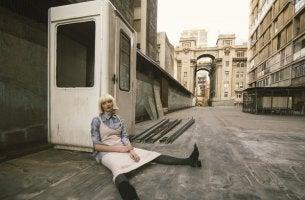 Mujer cansada con síndrome post-vacacional