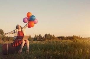 Mujer con globos demostrando que no puede ser más feliz