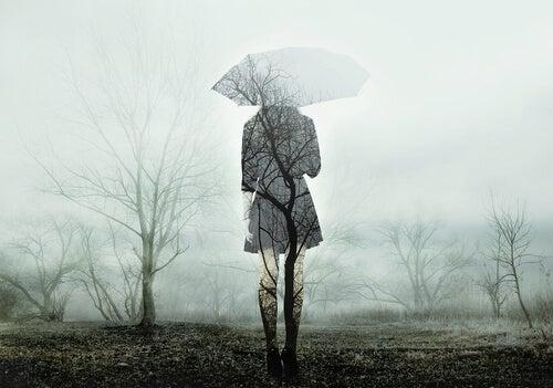 Mujer con distimia en paisaje triste