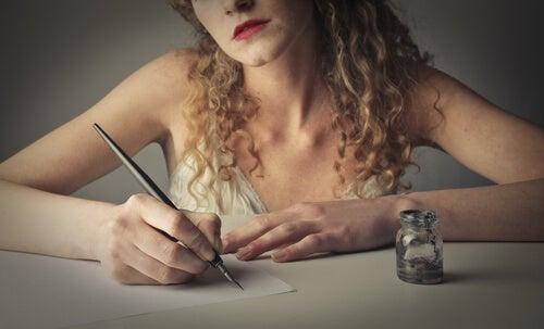 Mujer con tinta y pluma resistiendose a dejar de escribir a mano