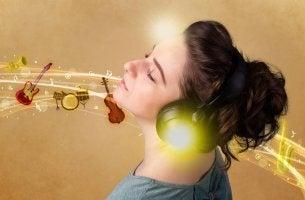 Mujer escuchando música clásica