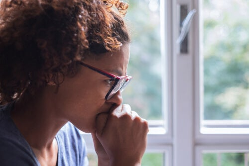 Mujer pensando en superar el rechazo social