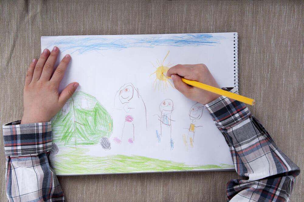 Niño dibujando una familia