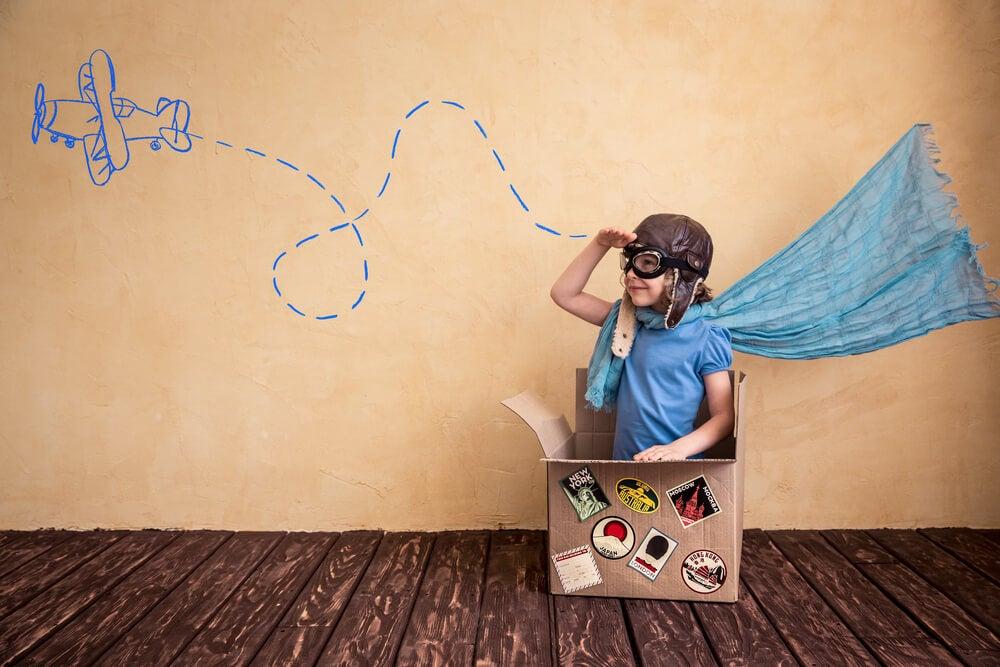 Niño usando su imaginación
