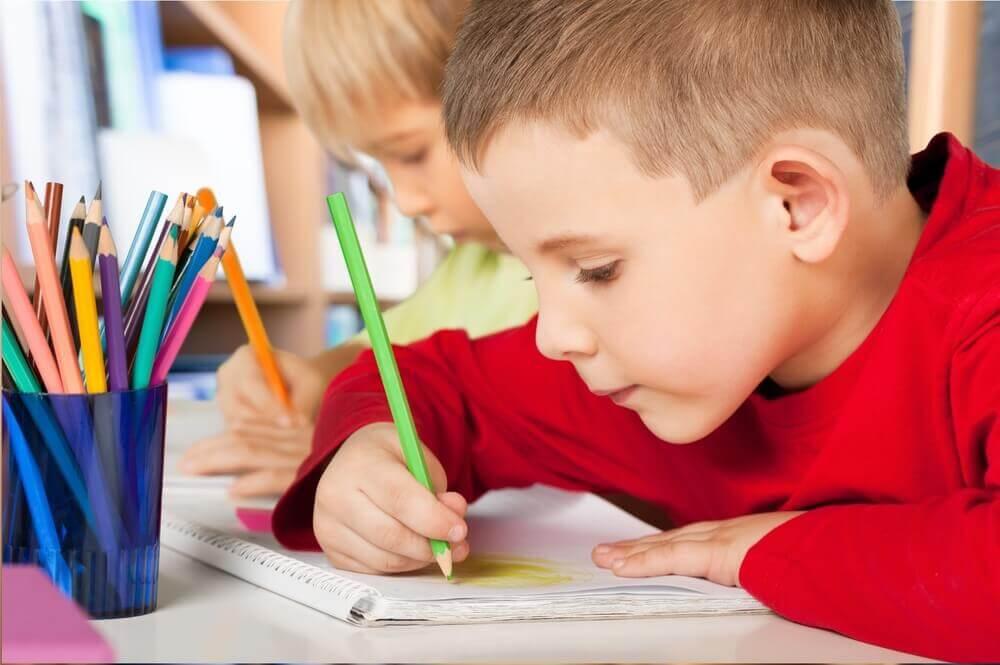 Niños realizando el dibujo de la familia