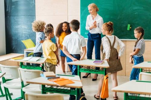 Profesora con alumnos en clase