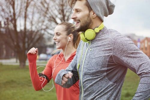 Amigos haciendo ejercicio para mejorar la memoria