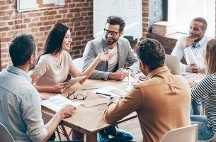 Empleados reunidos aplicando la inteligencia emocional en el trabajo
