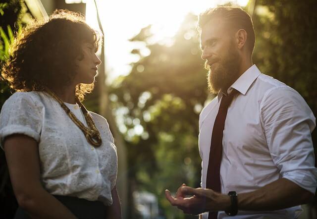Hombre teniendo contacto visual con una mujer