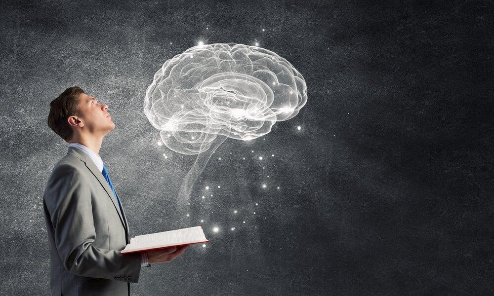 Hombre estudiando el olvido