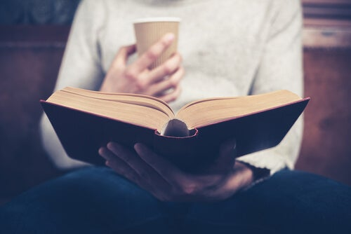 Hombre leyendo y tomando café