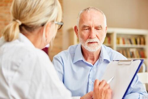 Médico con hombre que tiene Alzheimer