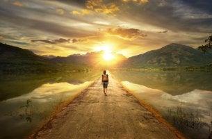 Mujer caminando tras renunciar a lo que no quería