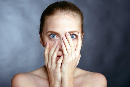 Mujer con miedo debido al trastorno obsesivo-compulsivo