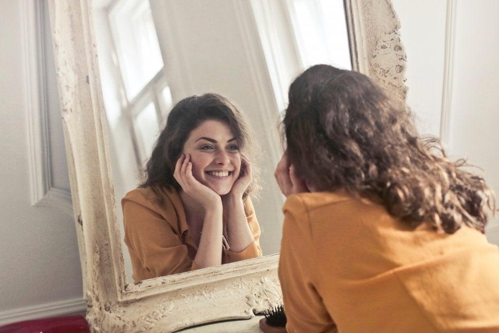 Mujer con amor propio mirando su reflejo
