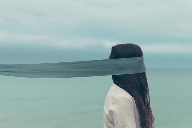 Mujer afectada por las creencias limitantes