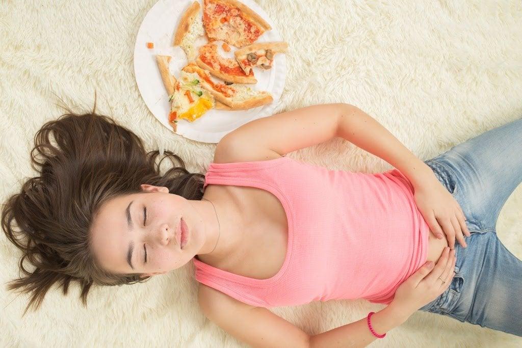 Mujer llena tras atracón de comida