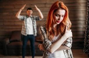 Mujer maltrato llorando y su pareja gritándole