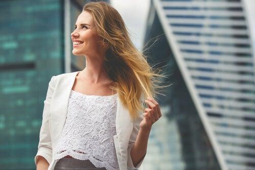 Mujer alegre reflejando amor propio