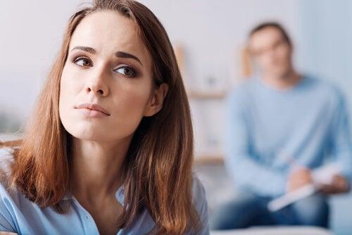 Mujer pensando en la raíz de sus problemas