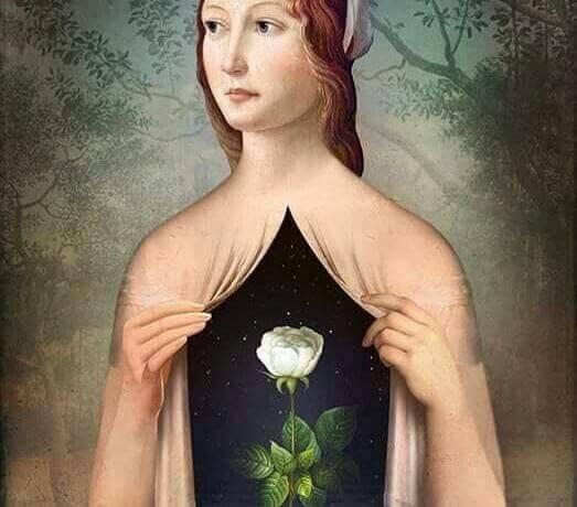 Mujer con una rosa en el pecho