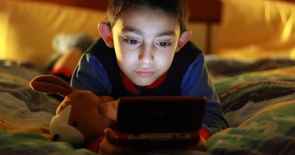 Niño con videojuego