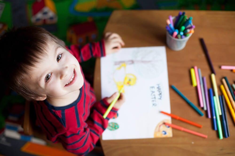 Niño feliz dibujando