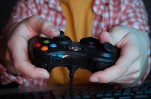 Niño con el mando de la consola jugando a videojuegos