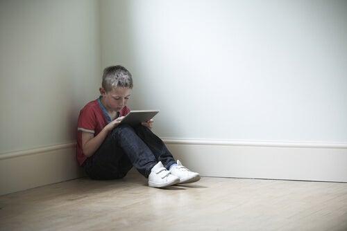 Niño jugando videojuegos en tableta