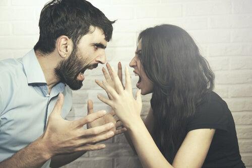Pareja gritándose al tener una relación posesiva