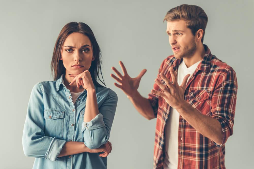 mujer no escucha lo que le dice su novio